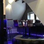 bar-atmosphaere-theke-hochtisch-blau